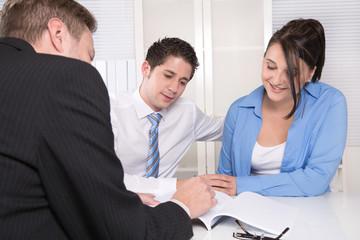 Junges Paar im Gespräch - Meeting oder Beratungsgespräch
