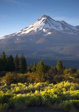 Lever la lumière frappe Mount Shasta Cascade Range Californie