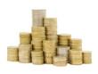 gestapelte Geldmünzen vor weißem Hintergrund