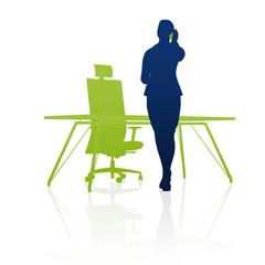 Geschäftsfrau telefoniert am Schreibtisch / Silhouette