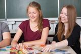 Fototapety lachende Schülerinnen in der Klasse