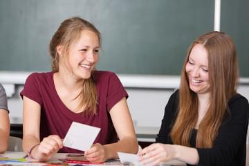 Schülerinnen haben Spaß beim Lernen