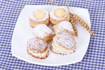 pasteles en plato