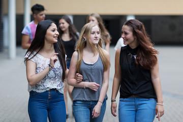 Schüler gehen über den Schulhof