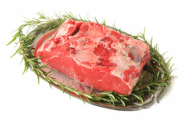 polpa di carne con rosmarino su sfondo bianco