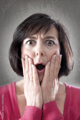 Frau mit erschrockenem Gesicht