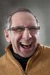 Mann mit Brille lacht
