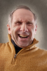 Älterer Mann freut sich