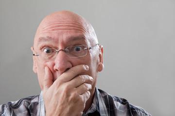 Mann mit Glatze  ist erschrocken