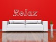 Weisses Sofa vor roter Wand