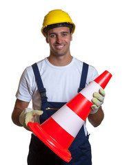 Lachender Bauarbeiter mit Sicherheitshütchen