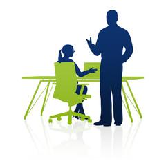 Geschäftsfrau und Geschäftsmann bei der Arbeit / Silhouette