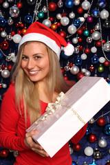 Frau mit einem Geschenk