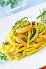 Trofie con zucchini e gamberi, close-up