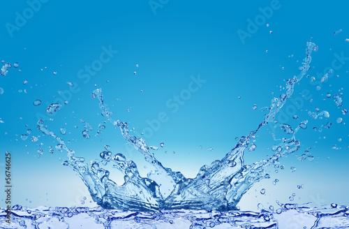 Plusk wody na niebieskim tle © CUKMEN