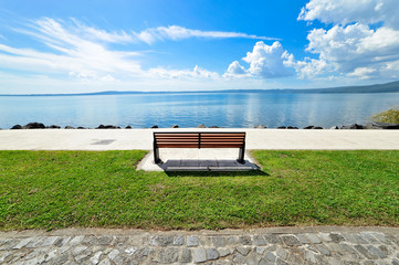 Panchina panoramica sul lago