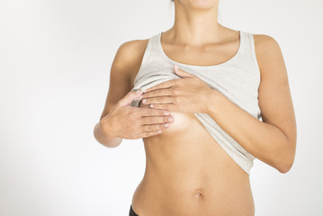 Frau tastet Ihre Brust als Vorsorgemaßnahme gegen Krebs ab