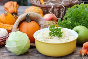 Sauerkraut und Gartengemüse