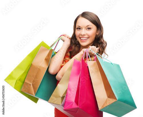 kobieta-w-czerwonej-sukience-z-torby-na-zakupy