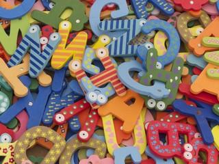 Viele bunte Buchstaben aus dem Alphabet auf einem Basar