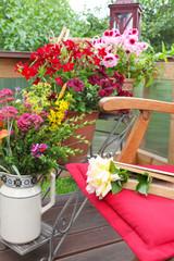Liebesgruß auf sommerlicher Terrasse