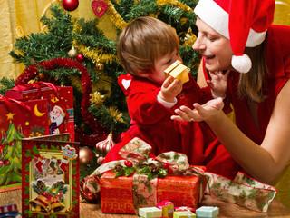 mamma e figlia che aprono i regali di Natale