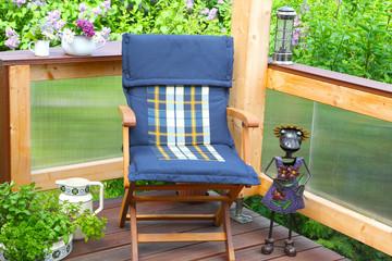 Gemütlicher Sitzplatz auf Terrasse im Mai
