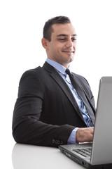 Manager am Schreibtisch sitzend hat Freude bei der Arbeit