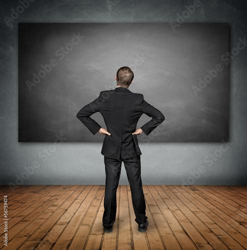 Mann im Raum vor der Tafel