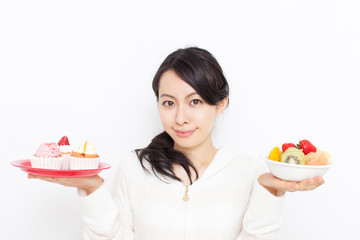 ケーキとフルーツを持った女性