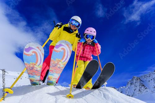 In de dag Wintersporten Ski and winter fun - skiers enjoying ski vacation