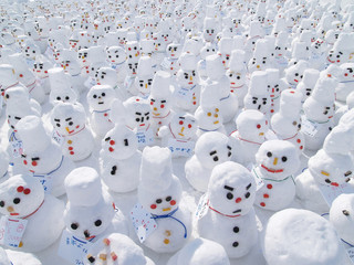 たくさんの小さな雪だるま