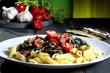 pasta con verdure tavolo grigio sfondo verde