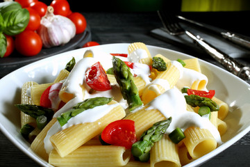pasta maccheroni con verdure e formaggio