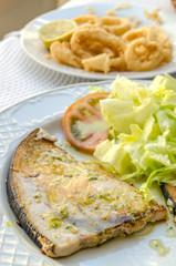 filetto di pesce spada con insalata