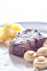 Filetto di carne con patate e funghi