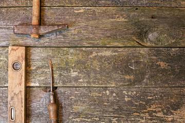 Stare narzędzia na drewnianym tle