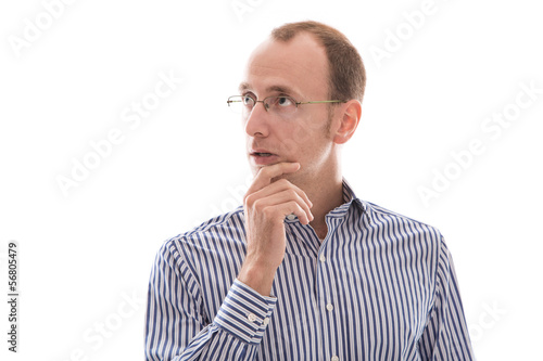 Mann isoliert mit Brille nachdenklich, skeptisch, unsicher