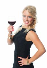 Blonde Frau hält Rotweinglas