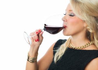 Blonde Frau geniesst Rotwein