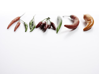 Verschiedene Chilisorten auf weißem Hintergrund