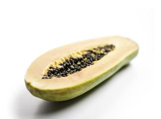 reife, halbierte Papaya auf weißem Hintergrund