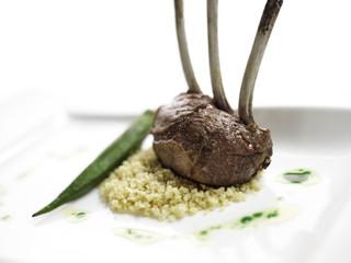 gebratene Lammkronen mit Minzöl und geröstetem Couscous