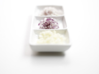 gewürfelte Zwiebeln und Schalotten auf einer Porzellanschale