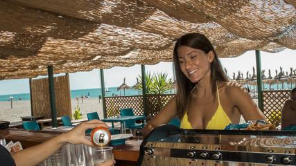 ragazza al bar in spiaggia