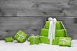 Grüne Weihnachtsgeschenke mit Holz als Weihnachtskarte
