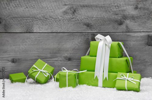gr ne weihnachtsgeschenke mit holz als weihnachtskarte stockfotos und lizenzfreie bilder auf. Black Bedroom Furniture Sets. Home Design Ideas