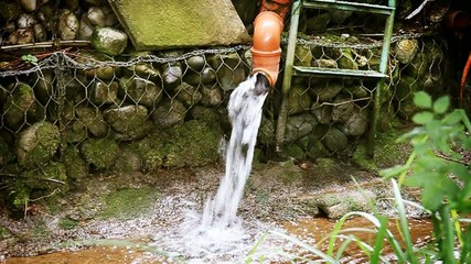 Wasser strömt aus Abflussrohr