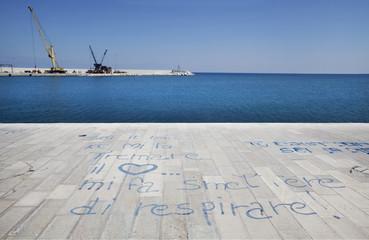 Scritte a terra nel porto di Monopoli