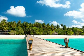 Brücke zu tropischer Insel